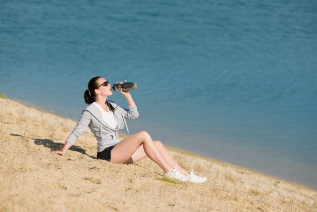 beach-active-woman-drink-water-bottle-in-fitness-outfit_rYfc2n6Ei